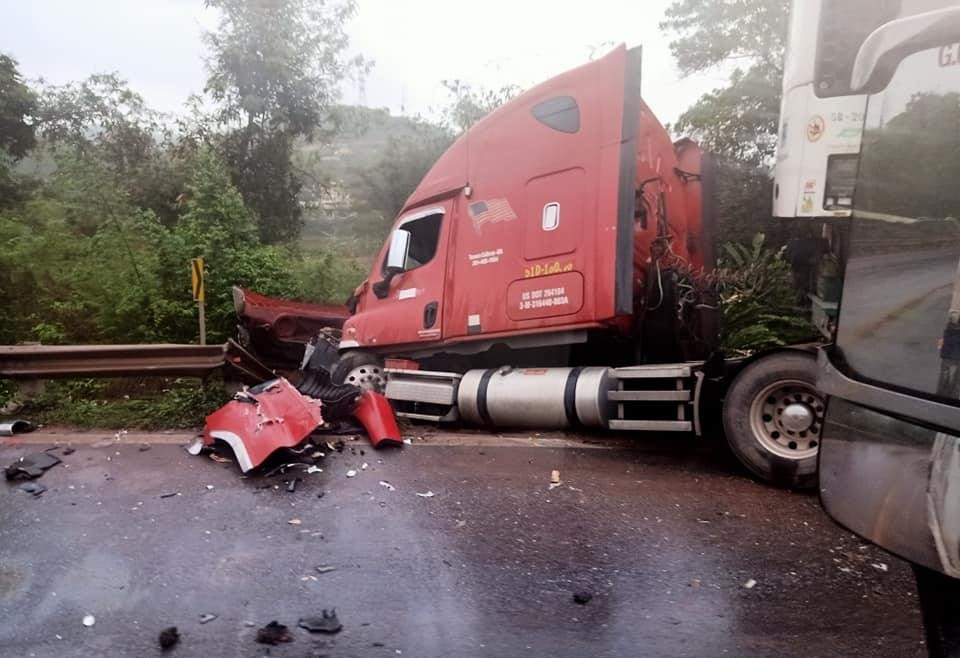 Xe container ôm cua mất lái, lao vào dải phân cách bên đường, tài xế thoạt nạn