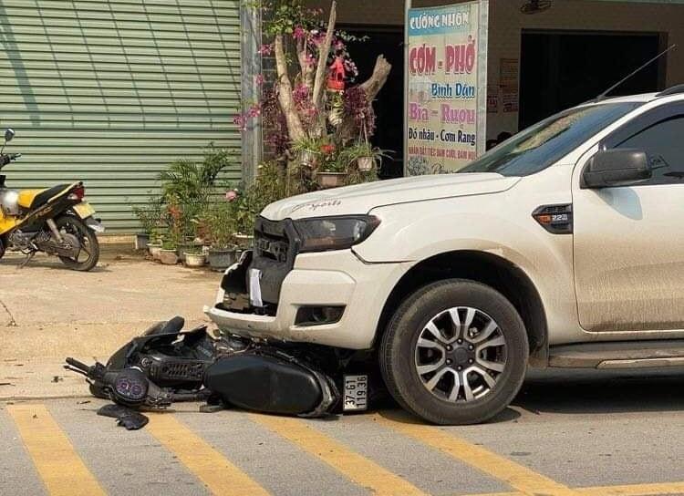 Cả hai phương tiện đều bị hư hỏng sau vụ tai nạn