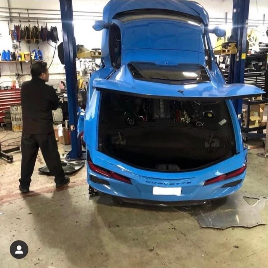 Chiếc Chevrolet Corvette Stingray bị trượt từ cầu nâng 2 trụ xuống đất