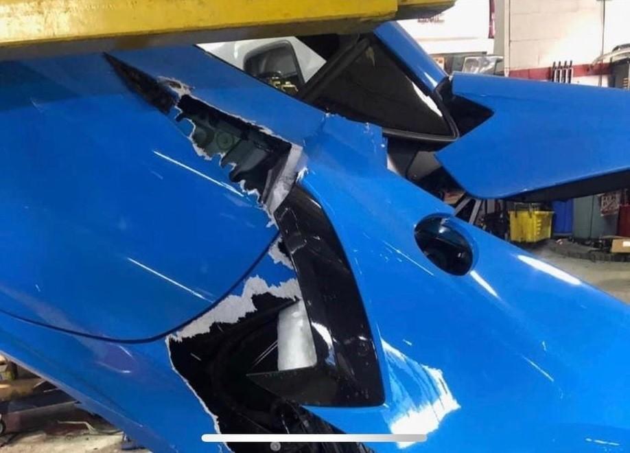 Chiếc Chevrolet C8 Corvette Stingray bị hư hỏng nặng sau vụ tai nạn
