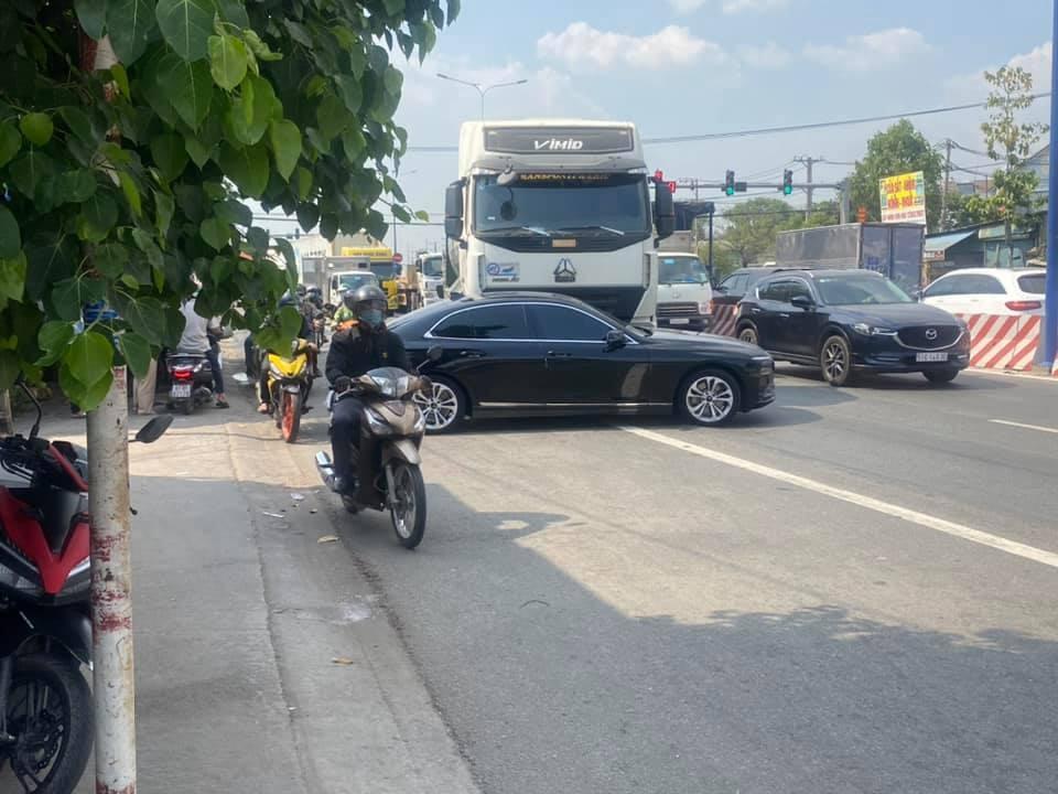 Hiện trường vụ xe VinFast LUX A2.0 bị xe tải tông xoay ngang mặt đường