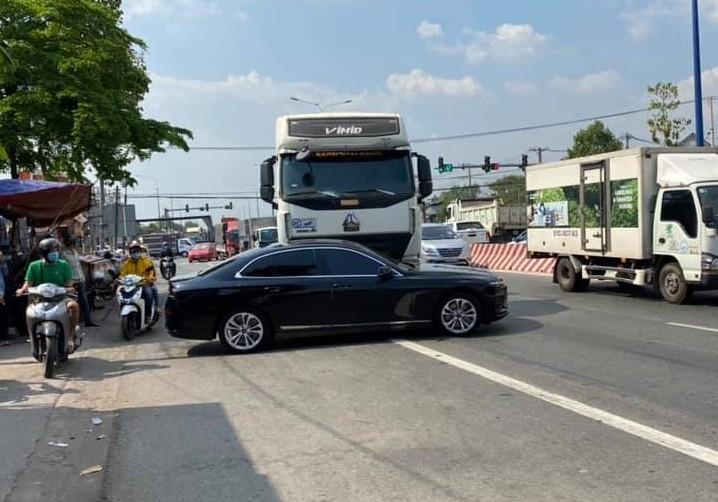 Chiếc xe VinFast LUX A2.0 hư hỏng nặng bên hông xe, phía tài xế sau va chạm với xe tải