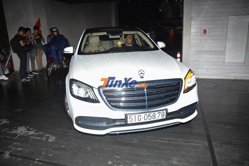 Trước đó, Trấn Thành di chuyển trên Mercedes-Benz S450