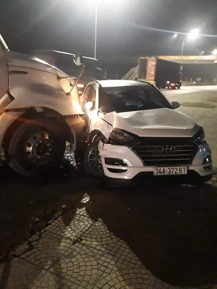 Cả chiếc ô tô Hyundai Tucson và chiếc xe container đều bị hư hỏng