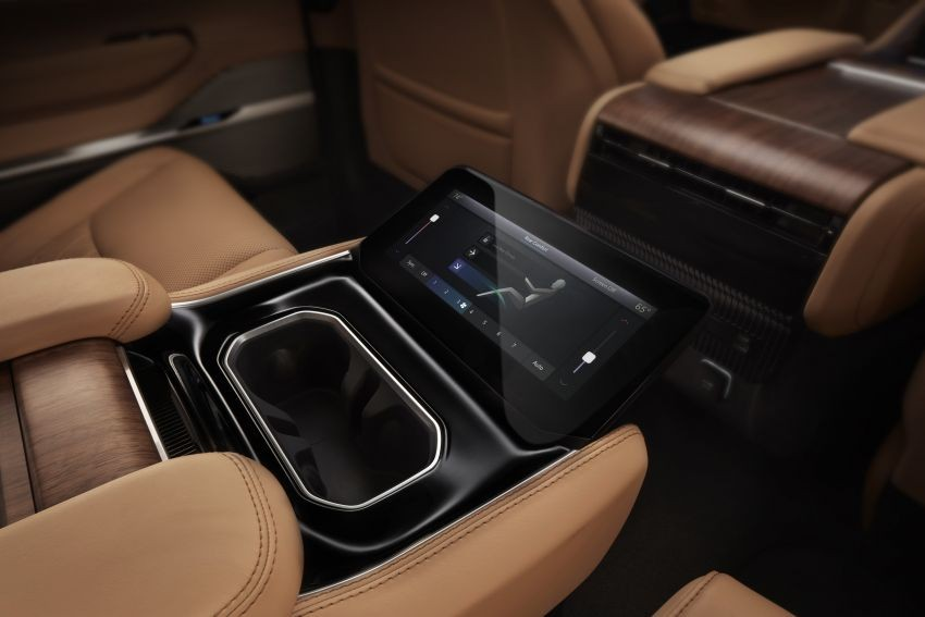 Màn hình cảm ứng để chỉnh các tính năng ở hàng ghế giữa của Jeep Grand Wagoneer 2022
