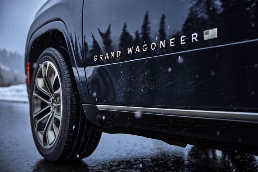 Tem chữ nổi bên sườn là dấu hiệu nhận biết của Jeep Grand Wagoneer và Wagoneer 2022