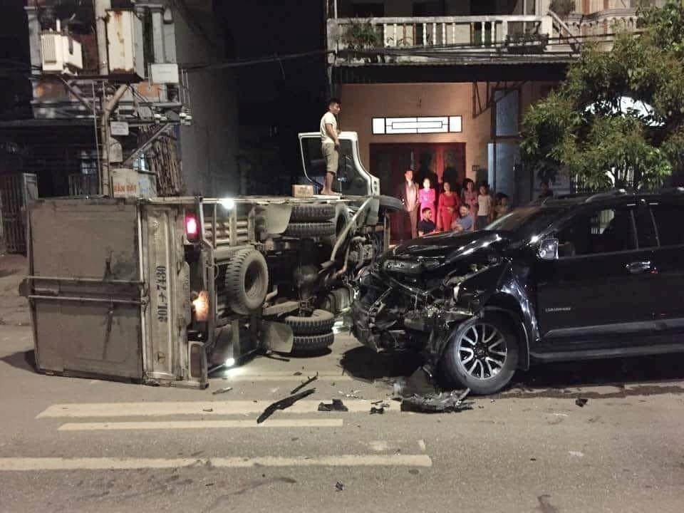 Chiếc xe bán tải Chevrolet Colorado nát bét đầu xe sau khi tông vào xe tải