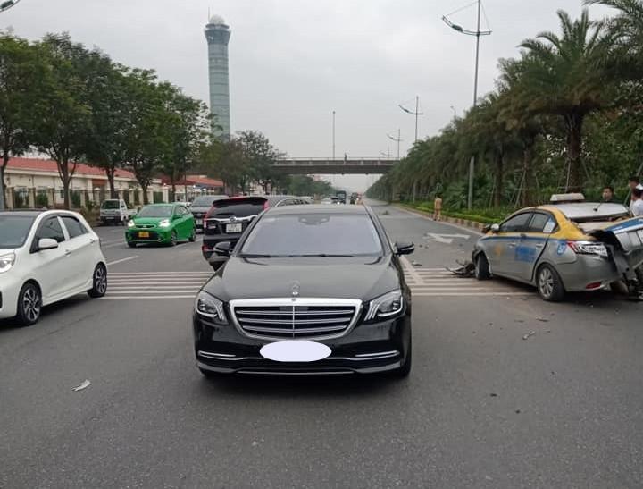 Hình ảnh vụ tai nạn giao thông liên hoàn giữa Toyota Vios, Honda CR-V và Mercedes-Benz S-Class