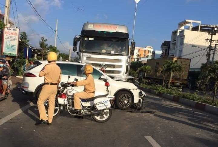 Lực lượng chức năng đang xử lý vụ tai nạn