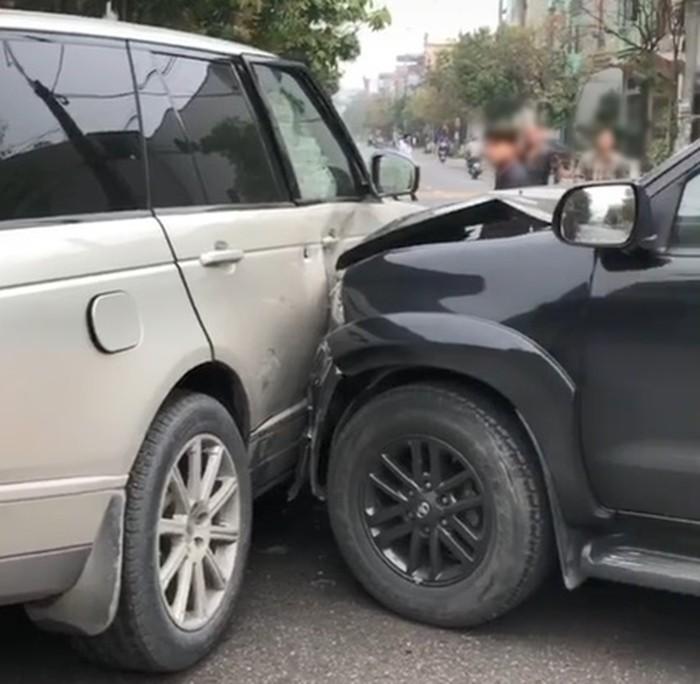 Chiếc xe Range Rover bung túi khí rèm sau khi bị Toyota Fortuner tông vào bên hông