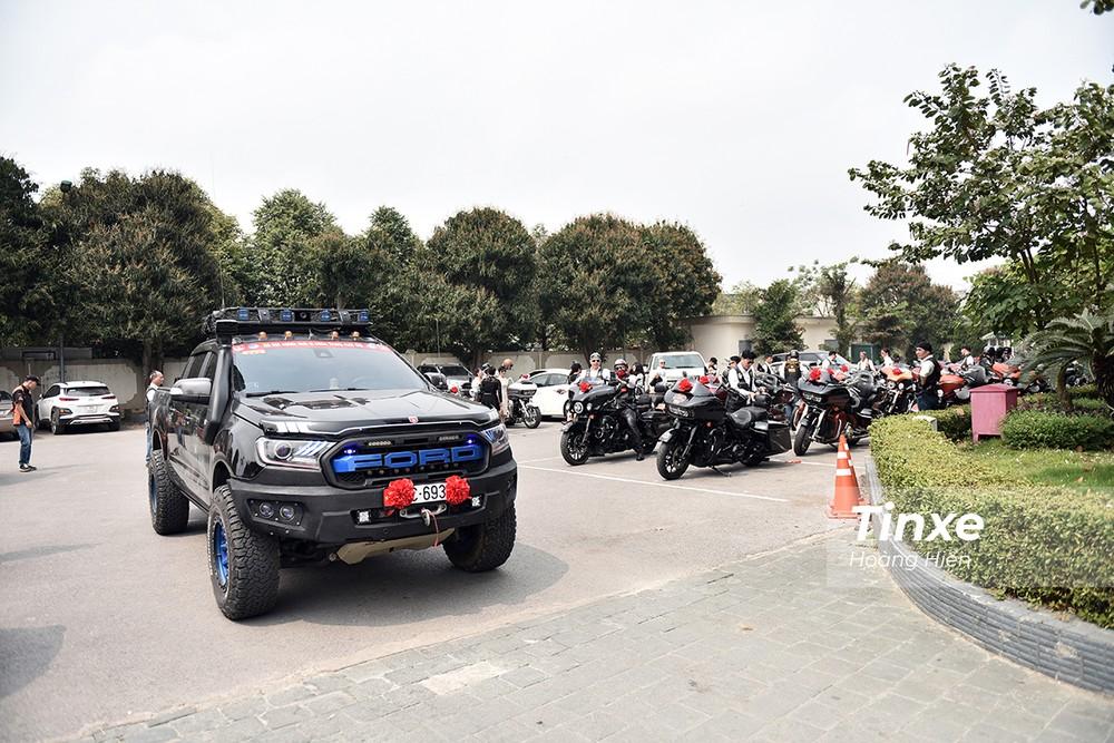 Dàn xe Harley-Davidson tập trung chuẩn bị hộ tống xe dâu từ Thanh Hoá về Hà Nội