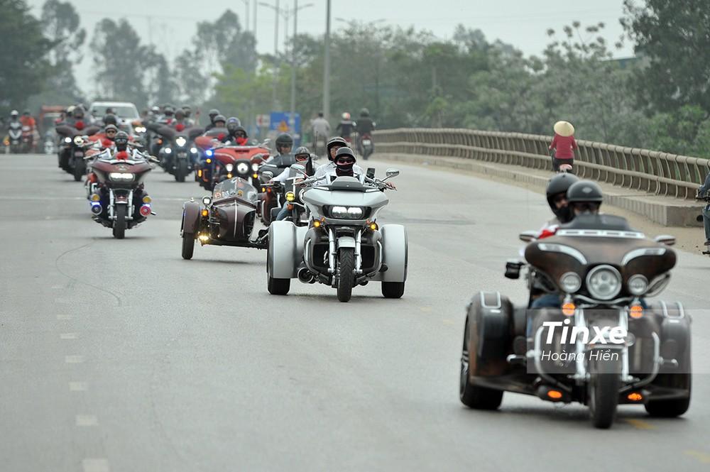 Tại buổi đón dâu, những chiếc xe Harley-Davidson với kiểu dáng 3 bánh và sidecar cũng đã xuất hiện cùng nhau.