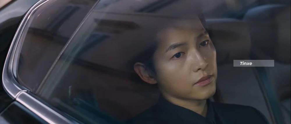 Song Joong Ki ngồi hàng ghế sau của Maserati Ghibli để đến nhà của một ông trùm mafia nhằm dàn xếp cho chủ nhân đã qua đời của mình