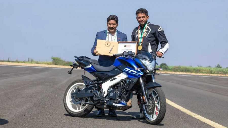 Stunter người Ấn Độ nhận bằng chứng nhận kỉ lục bốc đầu nhanh nhất thế giới