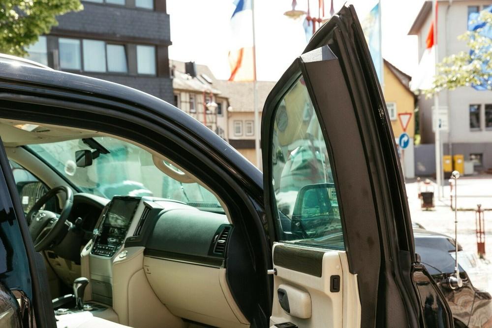 Chiếc Toyota Land Cruiser cỡ lớn được bổ sung lớp bọc thép và kính chống đạn