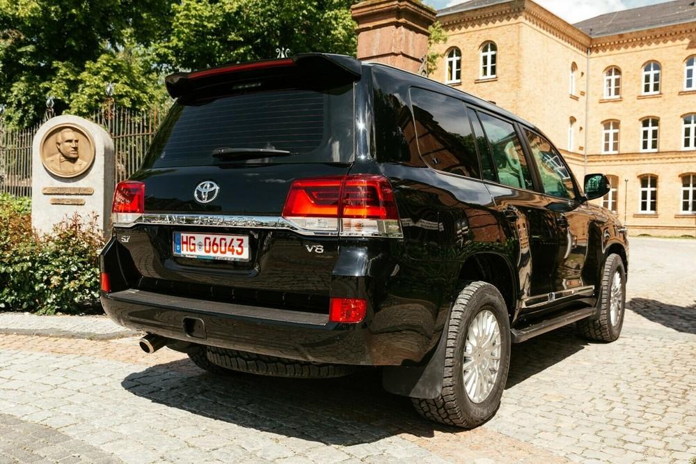 Chiếc Toyota Land Cruiser này dùng động cơ xăng V8, dung tích 5.7L