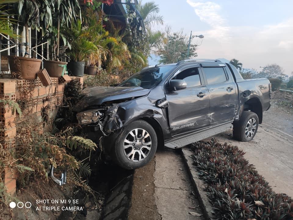 Chiếc xe Ford Ranger tại hiện trường vụ tai nạn
