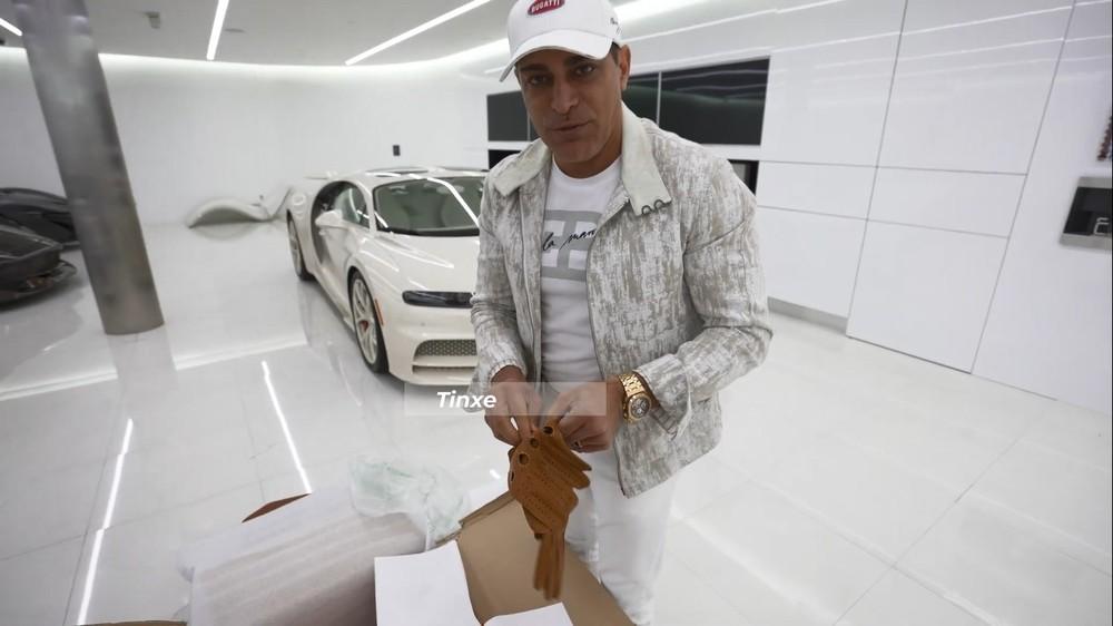Manny Khoshbin khoe găng tay Hermes làm riêng tặng cho mình