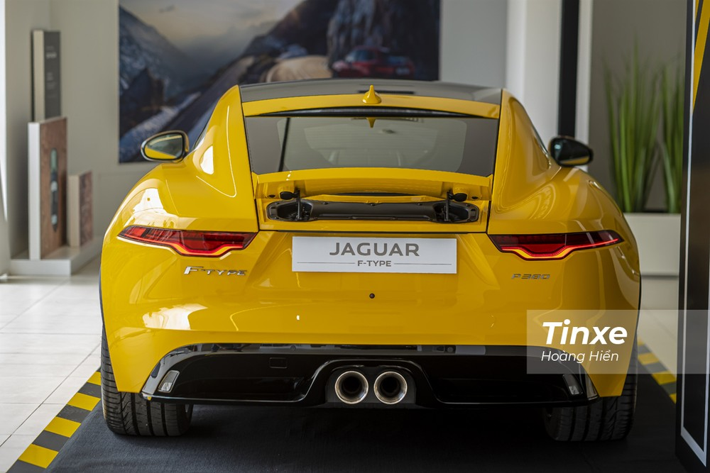 Jaguar F-Type 2021 khi nhìn từ phía sau trông rất nở hậu.