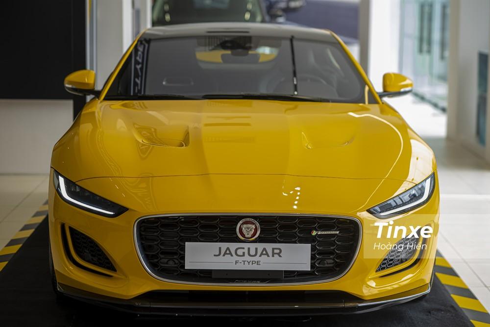 Phần đầu xe vừa mạnh mẽ lại vừa thời trang của Jaguar F-Type 2021.