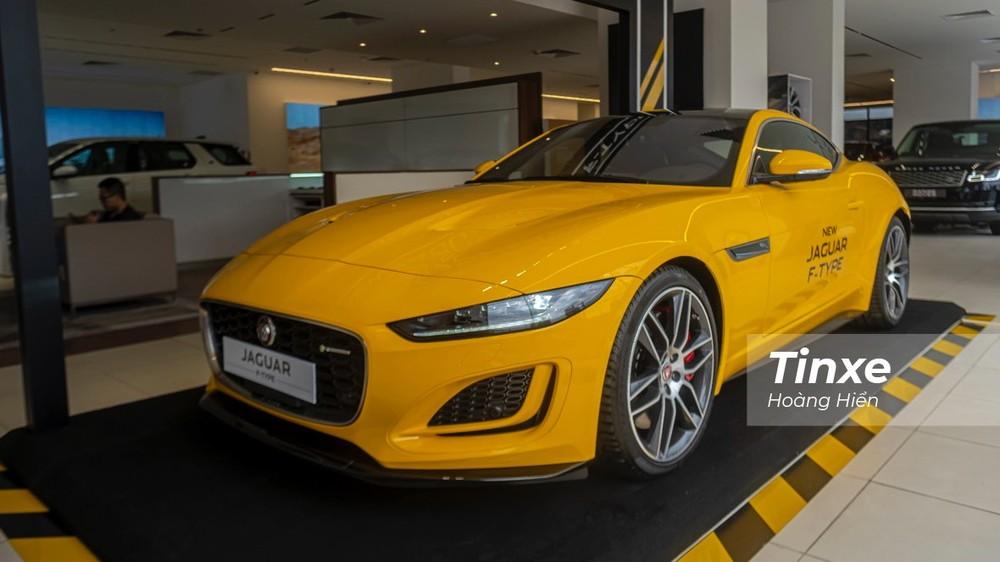 Jaguar F-Type Coupe 2021 có chiều dài 4.470mm, chiều cao 1.307mm, chiều rộng 2.042 mm và chiều dài cơ sở đạt mức 2.622mm.