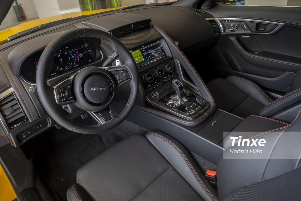 Không gian nội thất bên trong Jaguar F-Type Coupe 2021 dù đơn giản nhưng đẹp, thực dụng và đậm chất thể thao.