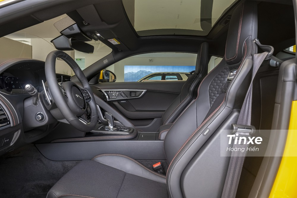 Vửa sổ trời toàn cảnh được trang bị trên Jaguar F-Type 2021.