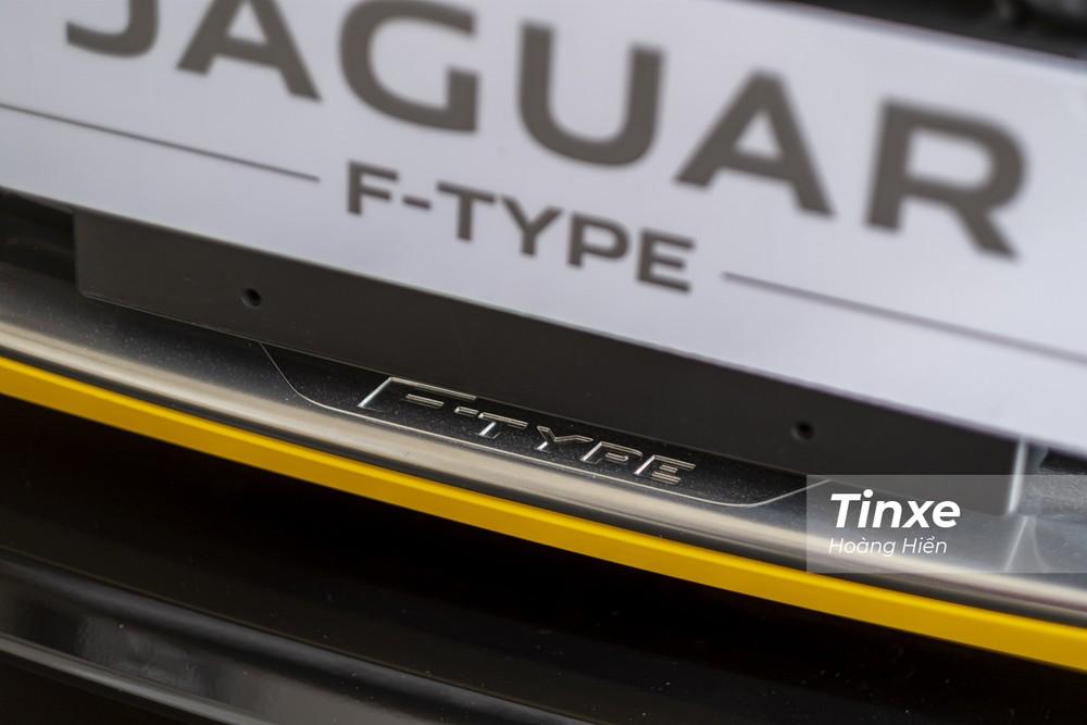 Logo F-Type được in chìm trên viền mạ chrome của lưới tản nhiệt.