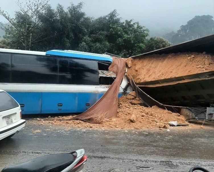 Hiện trường vụ tai nạn xe khách và xe tải