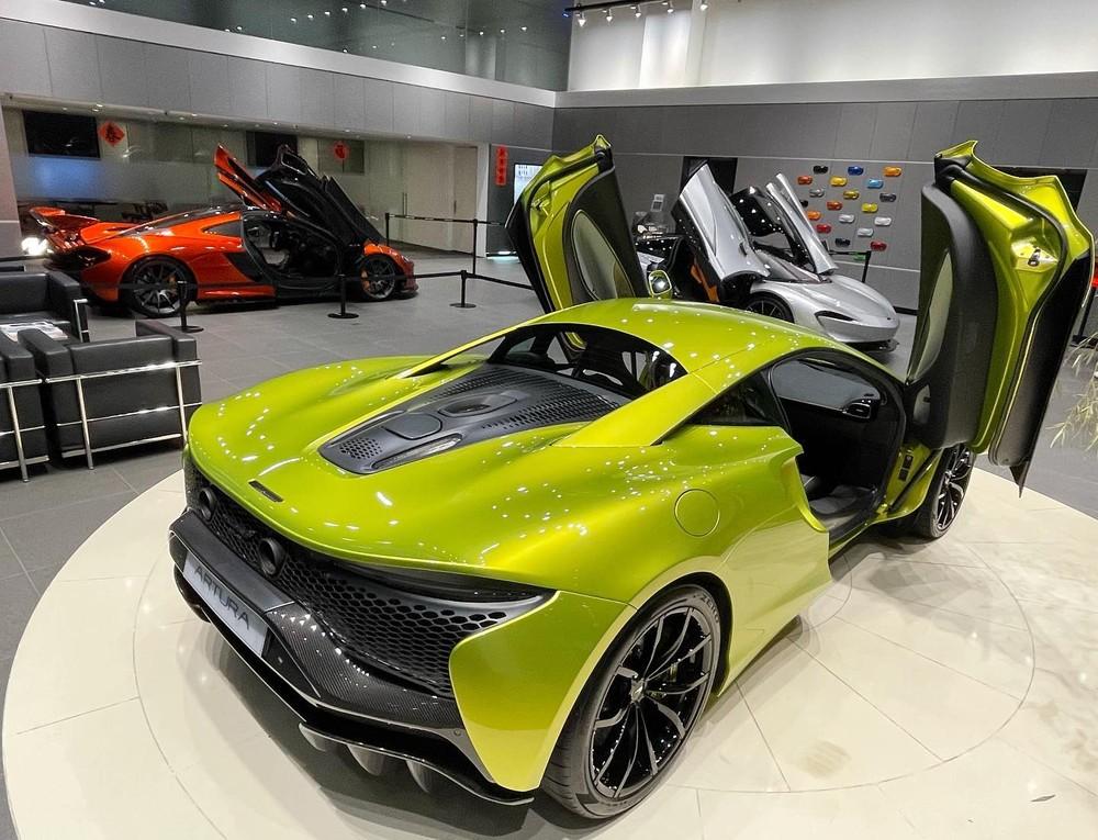 Bộ 3 siêu xe hybrid tung cánh trong đại lý McLaren Taipei, chiếc màu cam là McLaren P1, màu bạc là McLaren Speedtail và xe còn lại là McLaren Artura