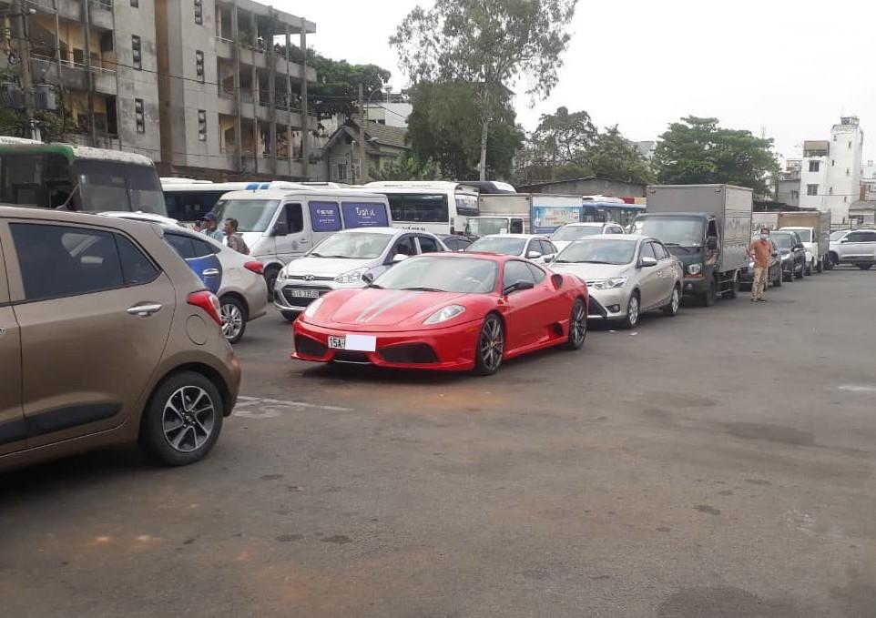 Chiếc siêu xe Ferrari 430 Scuderia xếp hàng chờ đăng kiểm