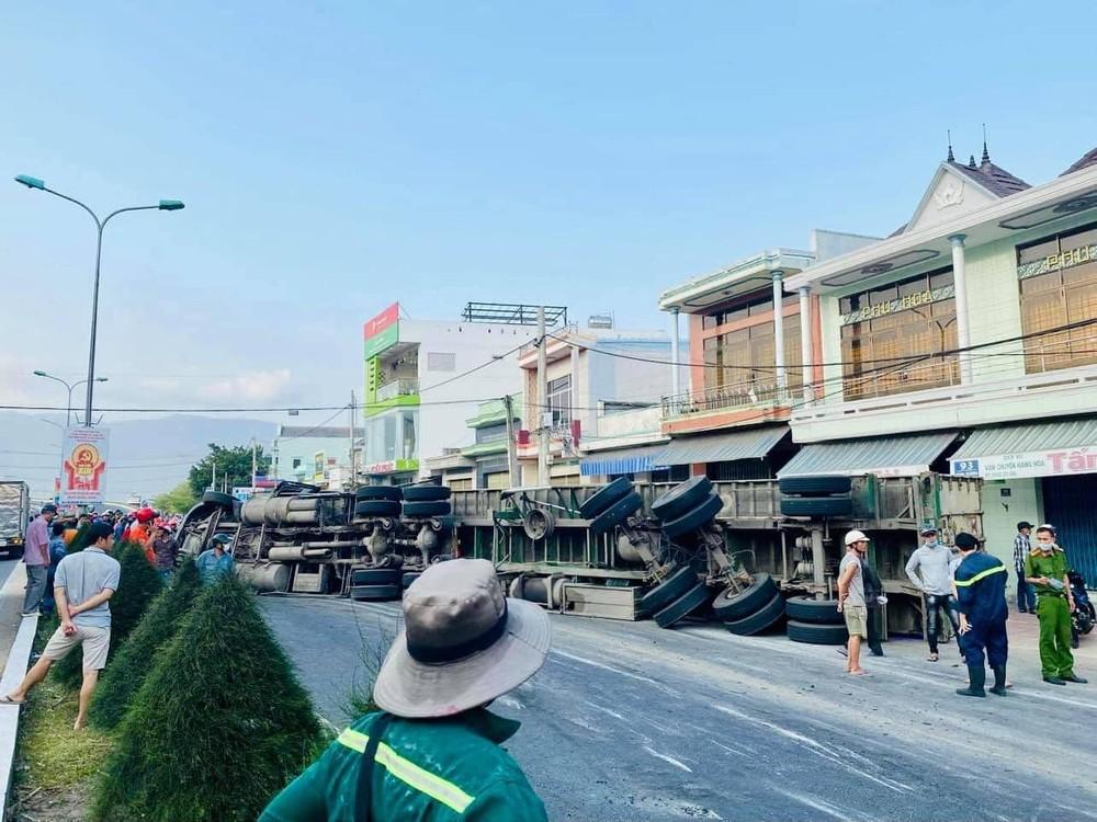 Lực lượng chức năng xử lý vụ tai nạn
