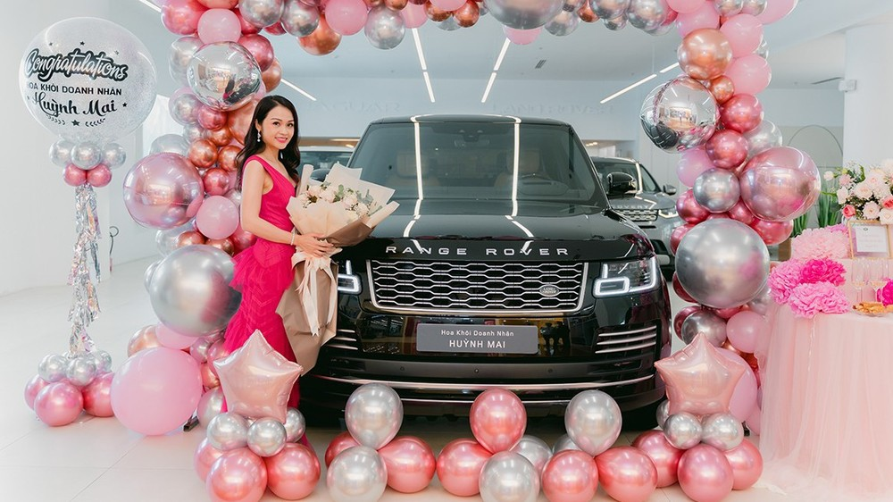 Hoa khôi doanh nhân Huỳnh Mai bên chiếc Range Rover Autobiography.