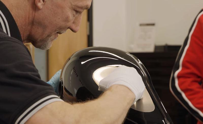 Bàn tay Gary DeWinenghệ nhân trên những tác phẩm của mình