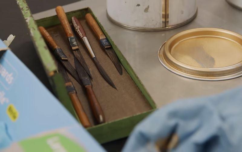 Bộ bút vẽ bằng lông sóc được sử dụng để vẽ trên xe Triumph