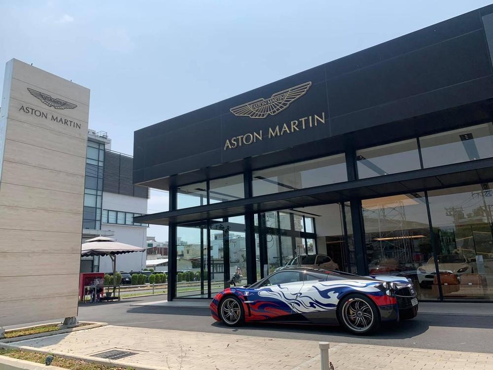 Điểm đến của chiếc Pagani Huayra không phải là quán cà phê mà là đại lý Aston Martin Việt Nam