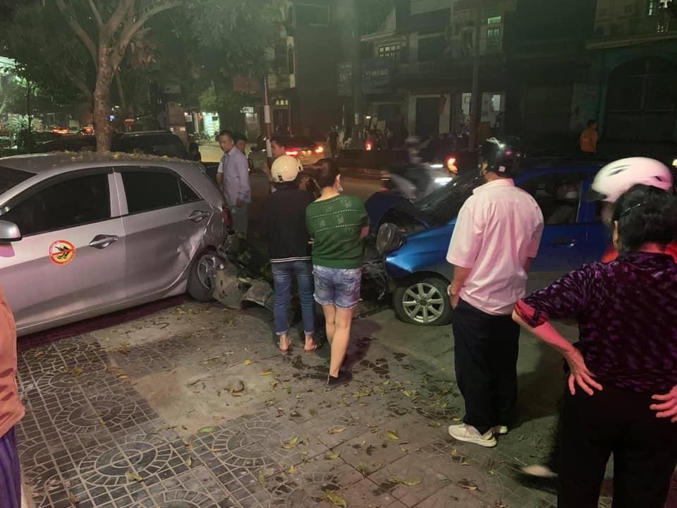 Hiện trường vụ tai nạn xe Kia Morning tông người phụ nữ đi bộ cùng ô tô đỗ bên đường