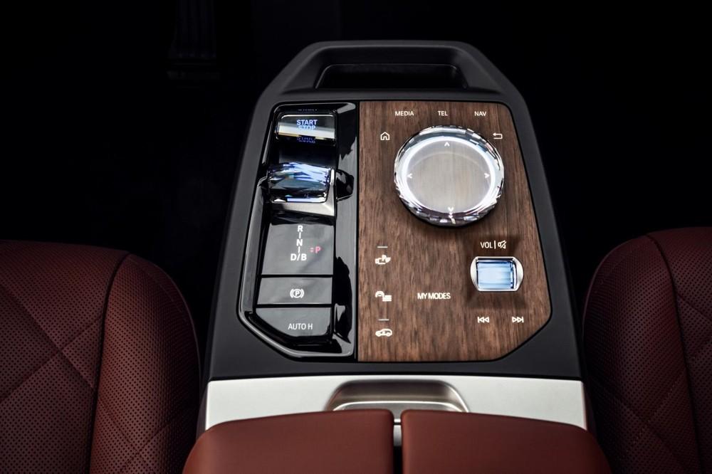 Các núm xoay bằng pha lê đẹp mắt của BMW iX 2022
