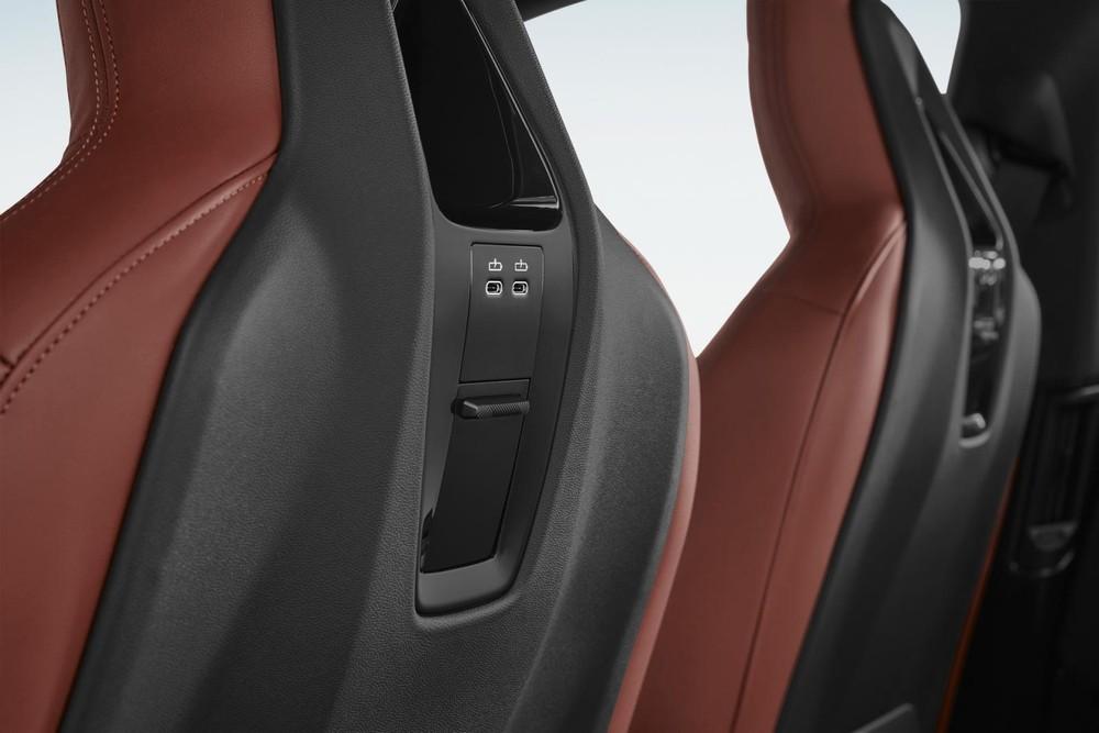 2 cổng USB ở phía sau tựa đầu ghế của BMW iX 2022