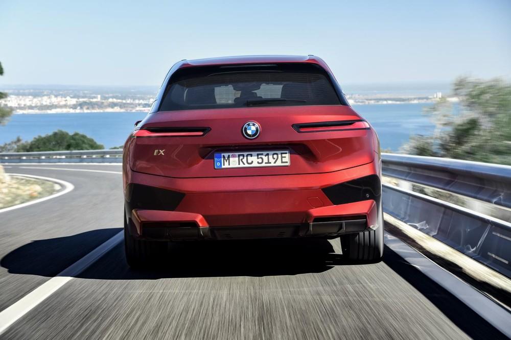 BMW iX 2022 có 2 phiên bản là iX xDrive40 và iX xDrive50