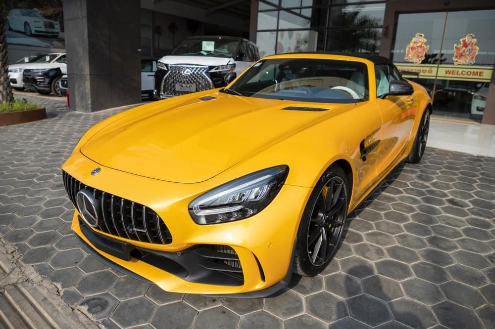 Xe có màu sơn vàng rất nổi bật