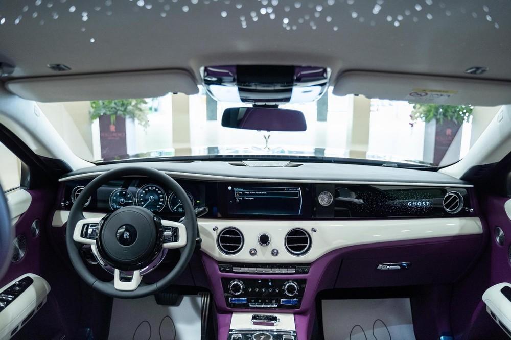 Rolls-Royce Ghost 2021 có tốc độ tối đa 250 km/h