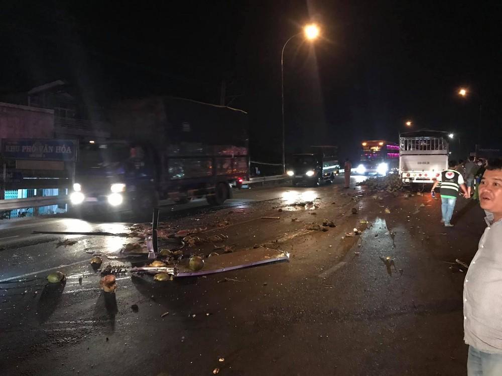 Hiện trường vụ tai nạn giữa xe tải chở dừa và xe khách trên cầu Cai Lậy vào tối qua