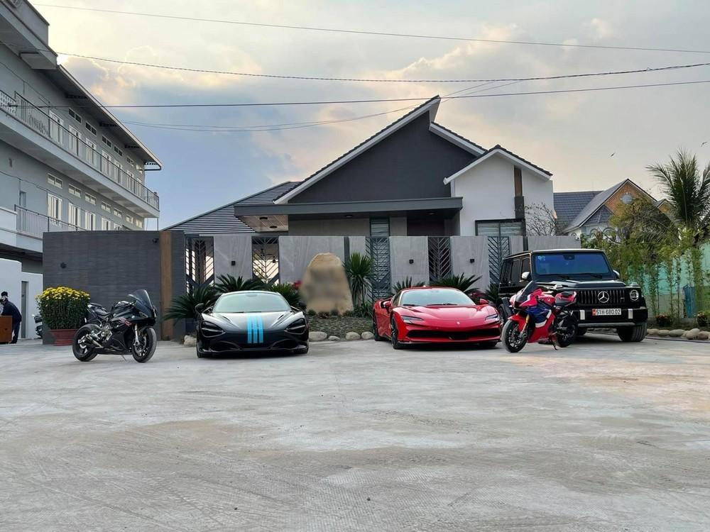 Từ phải sang là SUV hạng sang Mercedes-AMG G63, siêu xe Ferrari SF90 Stradale và cuối cùng là siêu xe mui trần McLaren 720S Spider (đã bán)