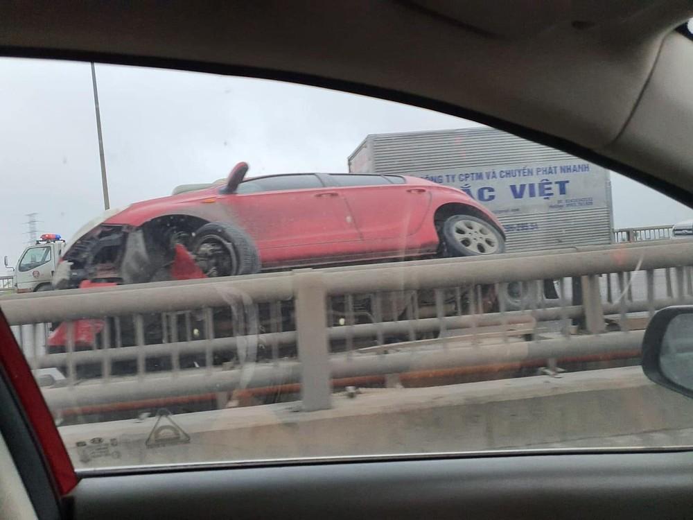 Tông dải phân cách trên cầu Thanh Trì, Hyundai i20 hư hỏng nặng đầu xe