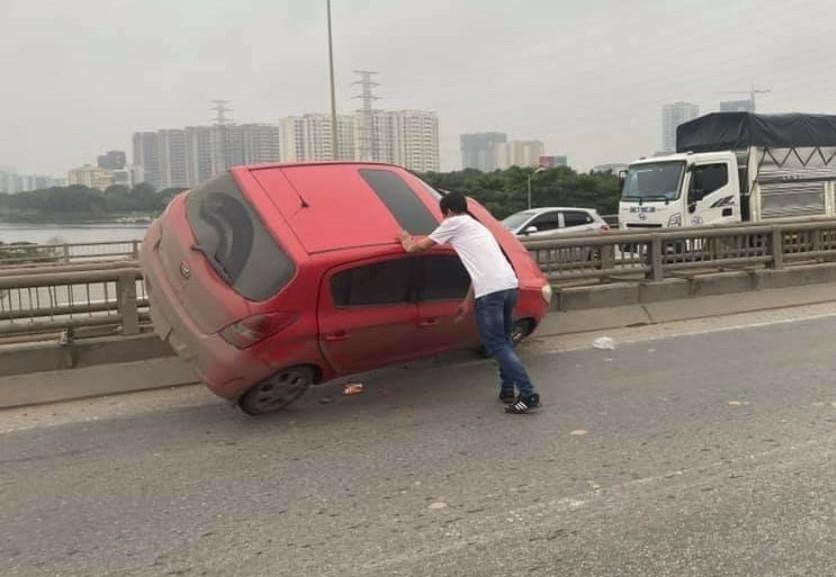Chiếc Hyundai i20 gác hẳn lên cầu Thanh Trì