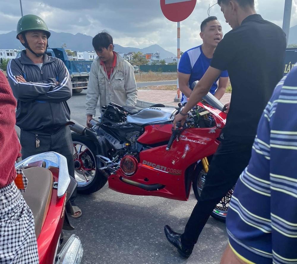 Chiếc mô tô tiền tỷ bị hư hỏng khá nặng sau vụ tai nạn