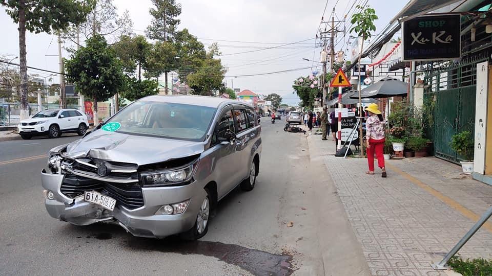 Chiếc Toyota Innova bị biến dạng đầu xe sau vụ tai nạn
