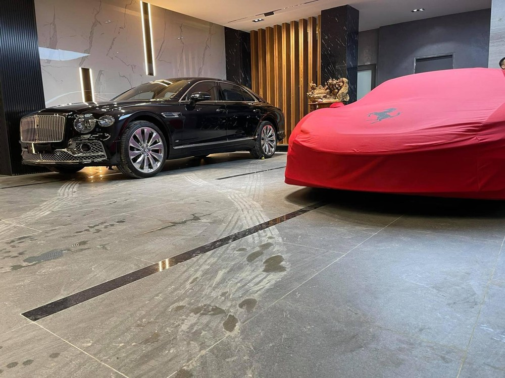 Siêu xe Ferrari SF90 Stradale đang trùm bạt đỏ và Bentley Flying Spur First Edition mới có mặt trong garage của người bán lan đột biến Củ Chi
