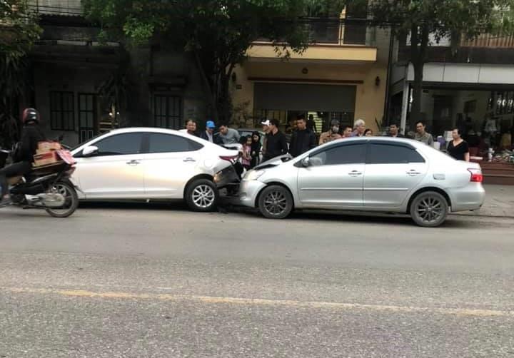 Chiếc xe Toyota Vios tông mạnh vào đuôi xe Hyundai Accent
